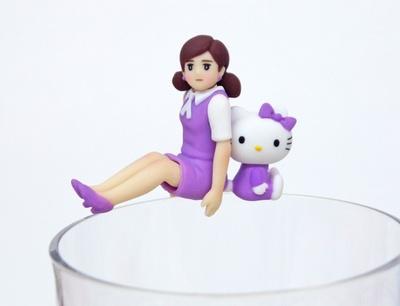 背中合わせでコップのフチに座る姿が愛らしい「背中あわせのキティちゃんとフチ子」