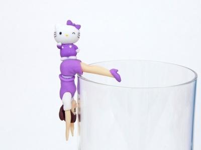【写真を見る】フチ子のおしりの上でラベンダーキティちゃんがウィンク!「おしりにキティちゃん」