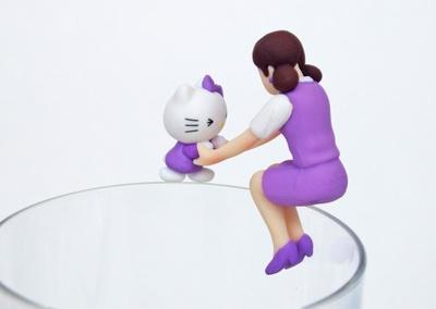 フチ子に手を引かれ、コップの縁をこわごわ歩くラベンダーキティちゃん「あんよのキティちゃん」