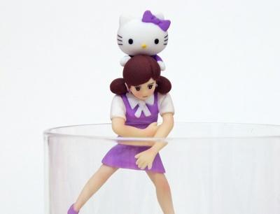 フチ子がラベンダーキティちゃんをおんぶする「キティちゃんおんぶのフチ子」