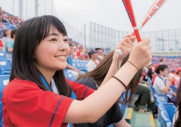 神宮球場で熱くカープを応援するうえむらちか。カープファンの間からも「ぐうかわ」(※ぐうの音も出ないほどかわいい)と評判