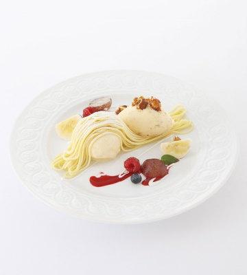 「さつま芋モンブラン」。季節のフルーツも添えられる