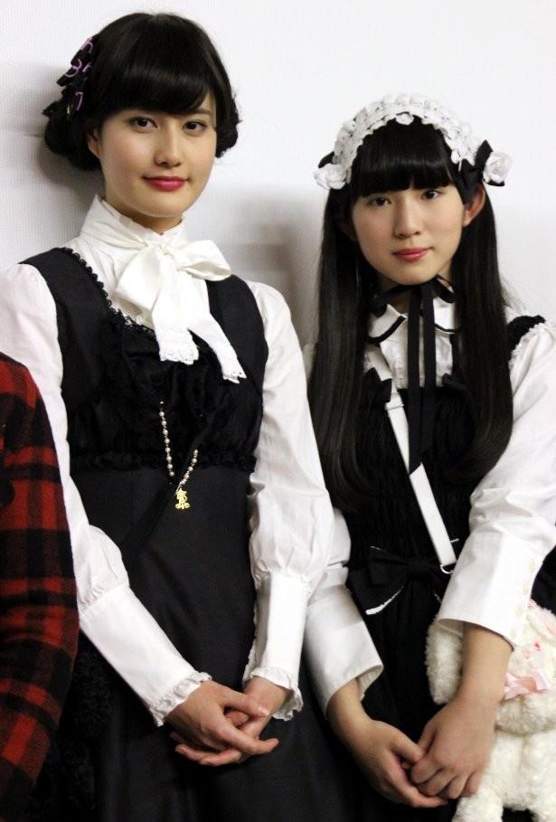 橋本愛と蒼波純がゴスロリファッションで登場