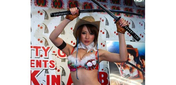 日本刀を両手に携えセクシー・ポーズを披露する手島優