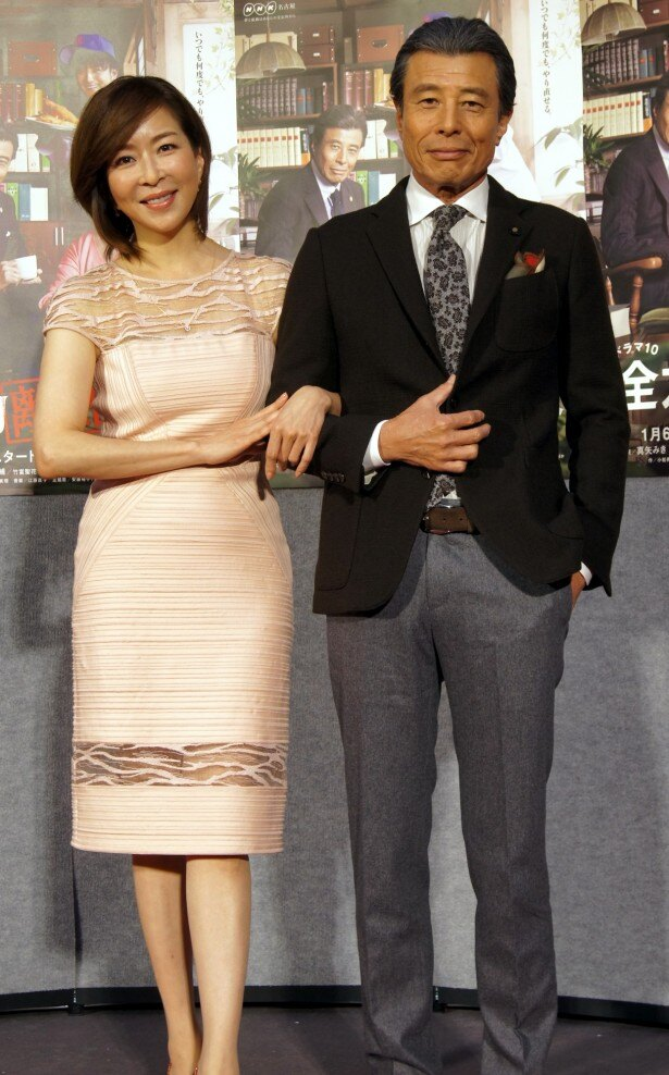 「全力離婚相談」の試写会に登場した主演の真矢みき(左)と共演の舘ひろし(右)