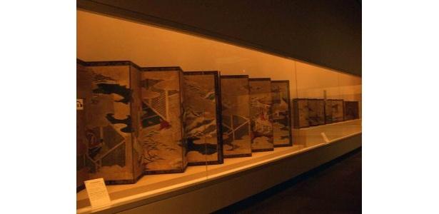 展示品の劣化を防ぐため、館内は薄暗いです