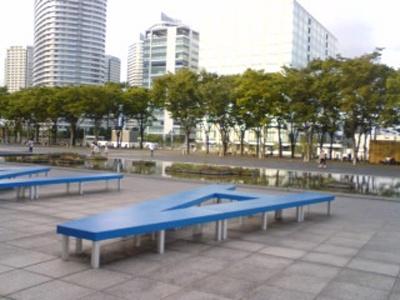 美術館前のグランモール公園は広々〜、ベンチもあります
