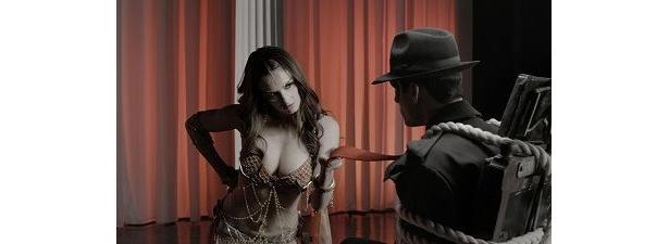 パズ・ベガ扮する妖艶なダンサーはなんともセクシーに主人公スピリットに迫る