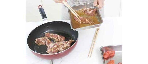 酒、しょうゆ、ショウガのすりおろしにつけた豚肉を焼く