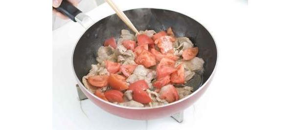 トマトを加えて「トマトを豚のしょうが焼き」完成!白いごはんで野菜を食べましょ