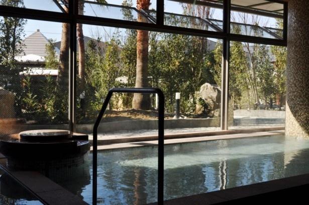 一面ガラス張りの内湯からは、湯あみとともに四季を感じさせる園庭が楽しめる。