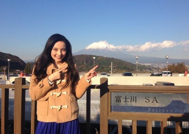 「にじいろジーン冬休み ニッポンの美味いもんお届けSP」で「道の駅」を訪れ、「ロケは新鮮で楽しい!」と笑顔になるベッキー