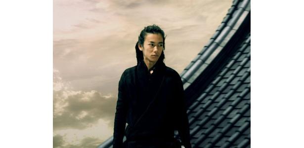 天守閣の屋根に佇む才蔵。何を見つめているのか!?