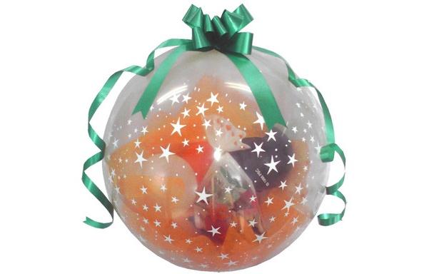 風船の中にお菓子を詰めたハロウィーンらしいプレゼントを用意
