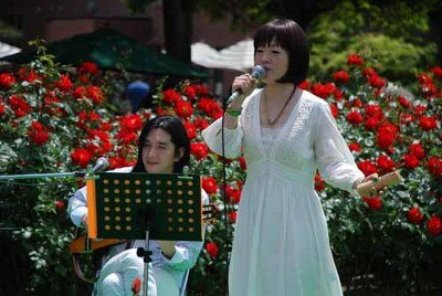 バラに囲まれたステージで開催されるローズガーデンコンサート