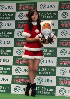 来年の干支、羊バージョンのJRAマスコット、ターフィーの人形を持つ小島瑠璃子