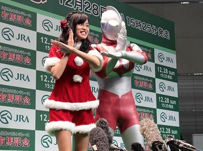 小島瑠璃子とウルトラマンが仲良くスぺシウム光線!