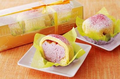 「赤いリボン」の「カマンベールチーズオムレット(ハスカップ)・3個入り」945はハスカップとカマンベールチーズのオムレット風チーズケーキ。ふんわりとした食感が人気