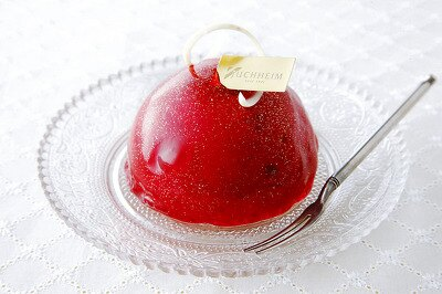 「ユーハイム」の「ハスカップのレアチーズケーキ(1個)」420。甘酸っぱいハスカップと濃厚なレアチーズのさわやかなケーキ。色鮮やかな一品