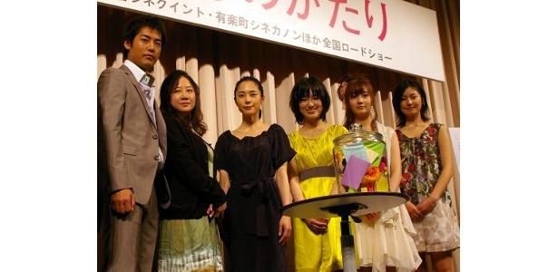 左から・福士誠治、原作者の西原理恵子、深津絵里、大後寿々花、波瑠、高山侑子
