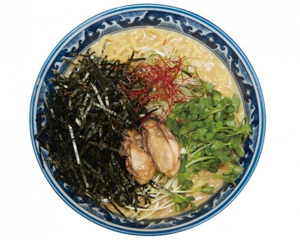 麺や佐市の贅沢な「牡蠣・拉麺」(900円)。国産のカキを惜しみなく使ったスープは濃厚!