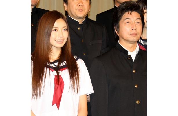 再演ということもあり和気あいあいとしたムードの中村雅俊(右)と、片瀬那奈(左)