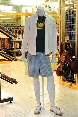 男性にはさわやかコーデ!シンプルな白シャツや流行のチェックボトムをゲットして※イメージ写真