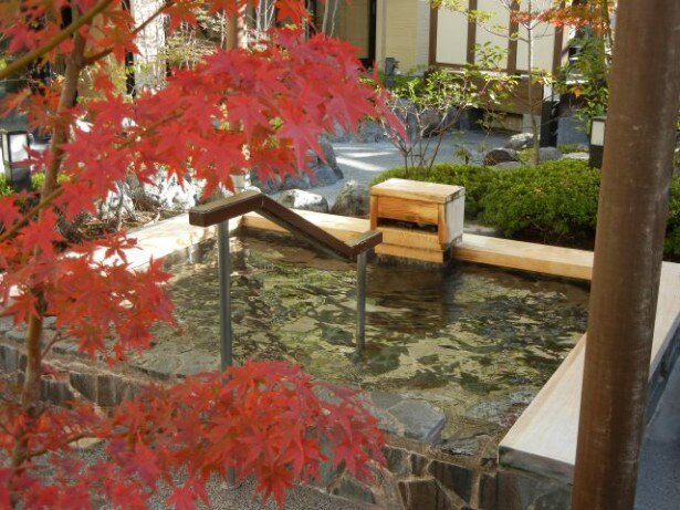駅直結のビル内にある河辺温泉 梅の湯は、利便性も抜群!温泉法に則った18種類の成分をまんべんなく含んでおり、美肌効果が期待できる。露天の檜風呂は源泉かけ流しの湯