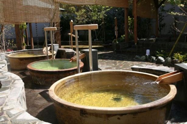 前野原温泉 さやの湯処は、うぐいす色の源泉が特徴。泉質は塩分が強いナトリウム-塩化物強塩泉で、保温効果がある。露天の源泉浴槽に地下1500mからくみ上げた源泉を注ぐ(寒季は加温)