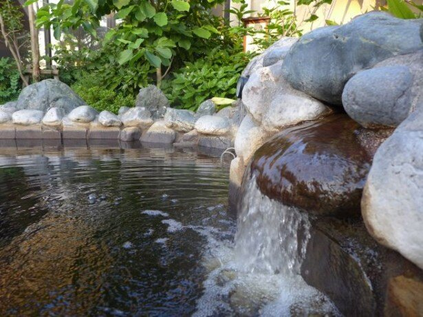 重曹を多く含む炭酸水素塩泉は、角質を除去し肌をすべすべにする効果がある。湯上がりは乾燥しがちなので、保湿ケアを忘れずに