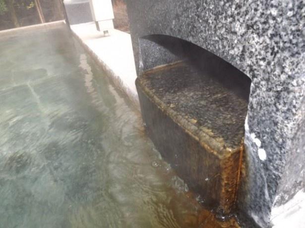 硫酸塩泉は含有成分ごとに効能が異なる。ナトリウムを含む温泉は血行改善、マグネシウムを含む温泉は高血圧の緩和に効果あり。カルシウムを含む温泉は皮膚の痛みやかゆみを緩和する
