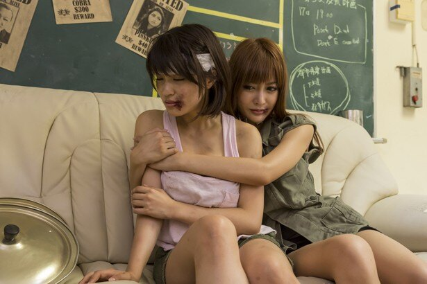 『アイアンガール ULTIMATE WEAPON』でタンクトップ姿を披露している岸明日香と主演を務めるセクシー女優の明日花キララ