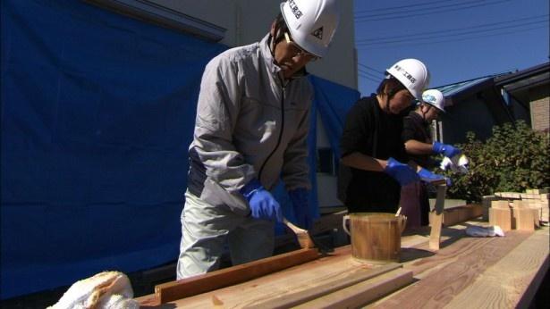 「大改造!!劇的ビフォーアフターSEASONII 2時間スペシャル」で実家をリフォームする古坂大魔王(写真左)