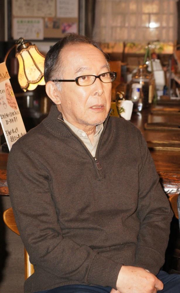 最近小蔵屋に出入りするようになった謎の男・松井を演じる橋爪功 最近小蔵屋に出入りするようになった