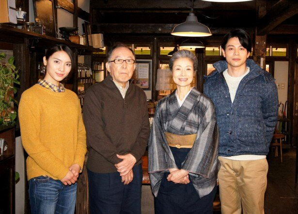 NHK特集ドラマ「紅雲珈琲屋こよみ」に出演する(写真左から)秋元才加、橋爪功、富司純子、吉沢悠