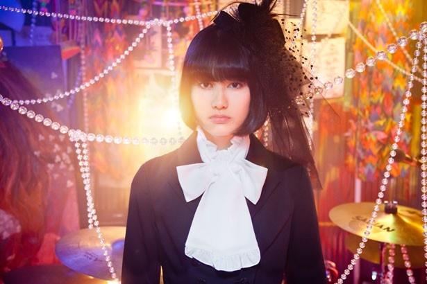 橋本愛がキュートなゴスロリファッションを披露!
