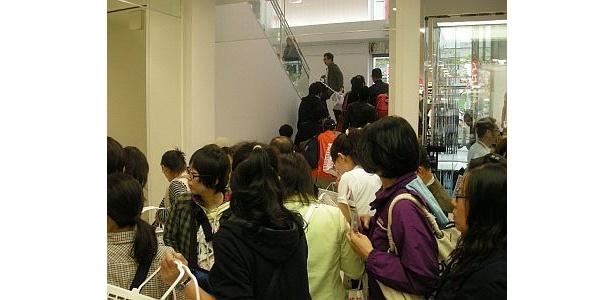 オープンと同時に、多くの人が店内にかけこんだ