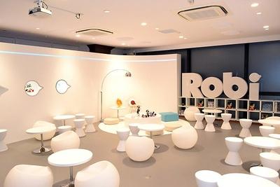 「ロビ」の部屋をイメージした近未来的な店内