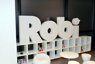 店内には「ロビ」の大きなロゴも飾られている