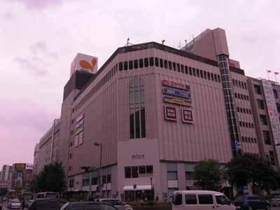 渡辺通りと昭和通りの交差点にそびえたつ「ミーナ天神」