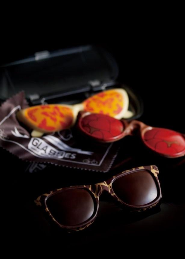 「オプティク ショコラ」(各2484円)は、インパクト抜群のサングラス形ショコラ。専用のメガネケースまで付いている
