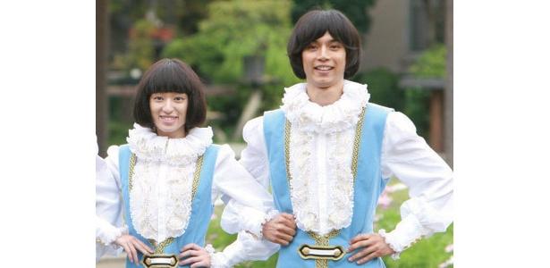王子様ルックでポーズを決める栗山千明と水嶋ヒロ。自信満々の表情をご覧あれ!