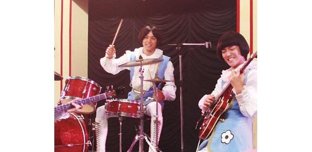 ドラム演奏中も笑顔を絶やさない水嶋
