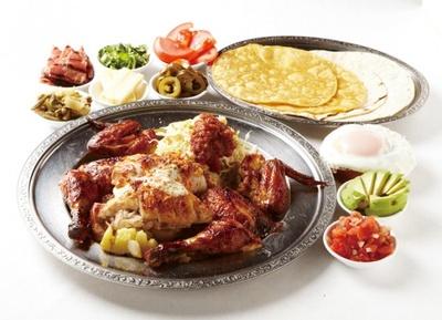 鶏の丸焼きが看板料理のメキシコ大衆食堂「墨国回転鶏料理」は、特注の回転マシーンを使うことで皮はパリッと、中はジューシーな鶏が堪能できる