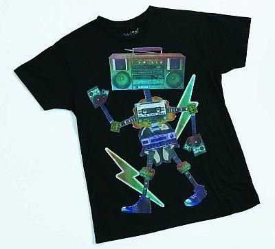 遊び心あふれるメンズのラジカセプリントTシャツ(1490円)