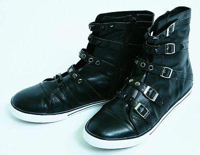合わせやすいブラックがかっこいい黒ブーツ風スニーカー(2980円)