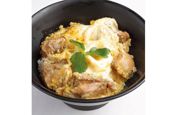 昼は親子丼(750円、スープ、漬物、小鉢付き)が名物