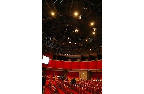 ベンチシートや2階バルコニー席もある円形劇場だ
