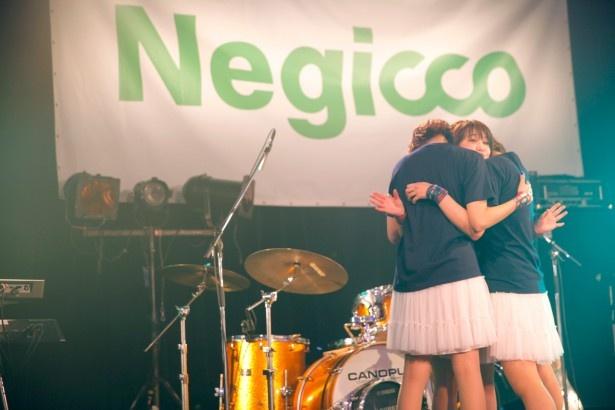 ステージ上で抱き合って歓喜するNegicco ステージ上で抱き合って歓喜するNegicco エン