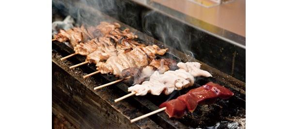 新鮮な生モツを使った串焼きが常時10種そろう(もつ焼き ウッチャン)